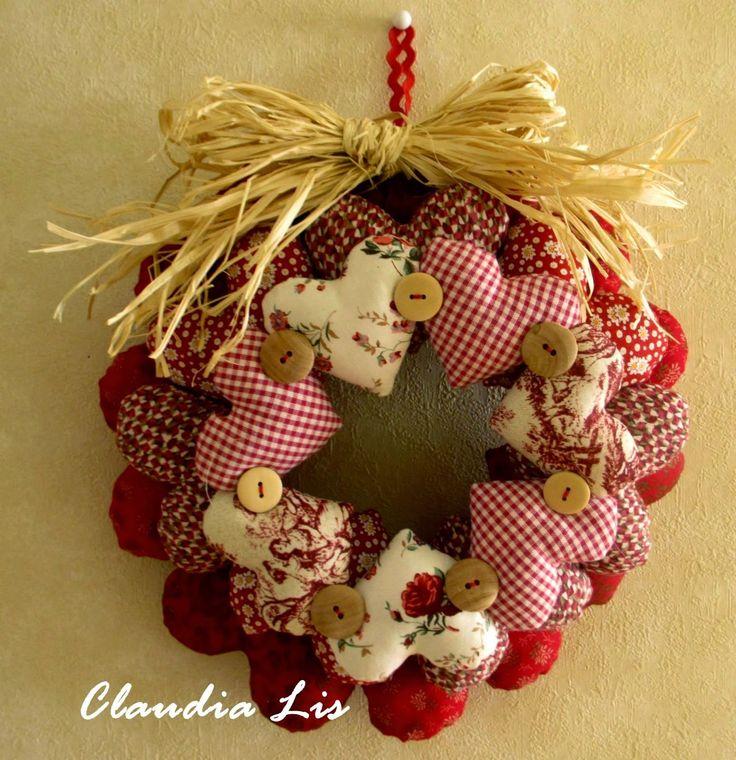 Oi amores Vamos começar a preparar a decoração para o o Natal? E para começar trago estes modelos de guirlanda feitas com corações em tecido, esta eu preciso fazer sou apaixonada por coisas com o formato de coração e flores rrssss. As fotos que coloco aqui foi tiras de outros…