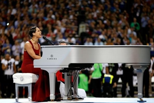 (PHOTOS) Alicia Keys performs national anthem at Super Bowl 2013; plus, get the current Super Bowl score here now...