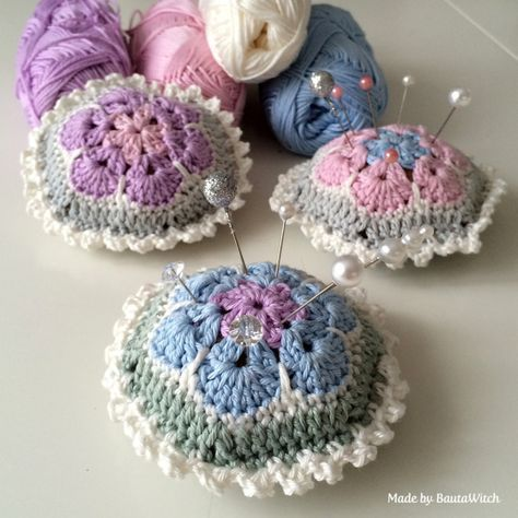 Virkade-naldynor-av-afrikanska-blommor-by-BautaWitch Pin-cushion-of-african-flowers-by-BautaWitch Catania yarn and 3 or 3,5 mm hook