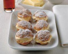 I bignè allo zabaione sono dei dolcetti ripieni che vengono realizzati farcendo i bignè vuoti con una crema allo zabaione profumata al