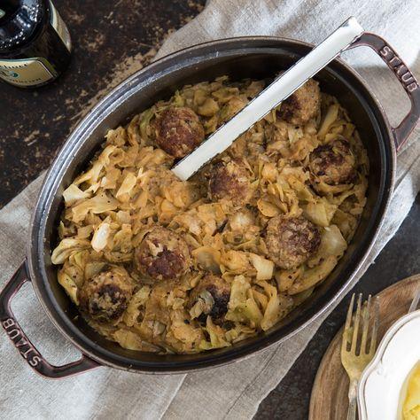 Bei Oma schmeckt Hausmannskost einfach immer am besten! Der klassische Schmorkohl mit Hackbällchen gelingt mit Omas original Rezept auch zu Hause.