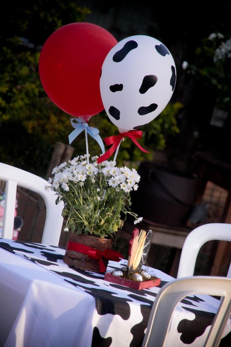 Gosta do tema fazendinha para a festa do seu príncipe? Olha que legal essa ideia de centro de mesa: o destaque fica para a bexiga que lembra vaquinhas. Lindo!