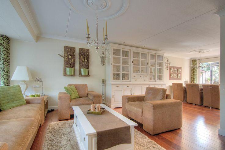 Deze instapklare woning is goed onderhouden en heeft een smaakvolle, luxe afwerking met vele leuke details zoals een open haard, paneeldeuren, fraaie sierlijsten en mooie vloeren. Ook de tweede verdieping is ingedeeld en biedt u een zeer ruime vierde slaapkamer. De oostelijk gelegen woningen aan de brede Dierdonklaan kenmerken zich door ruimere percelen.  http://www.theo-keijzers.nl/Dierdonklaan-60-HELMOND-5709MT7kW160
