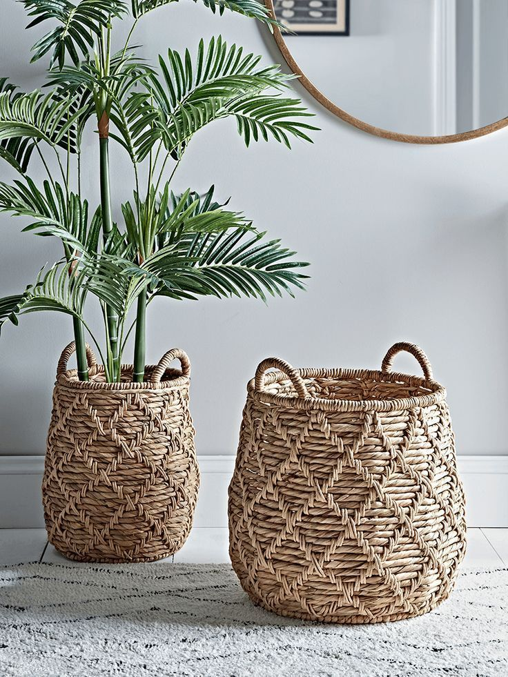 Two Woven Rounded Baskets Baskets Decoratingwithbasketfarmhousestyle Decoratingwithbasketinbathroom Decoratingw Mand Decoratie Mand Ideeen Woonkamerplanten