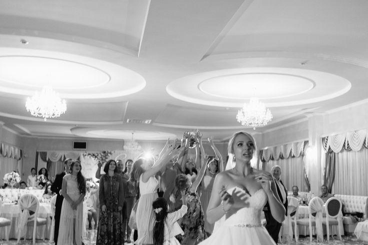 Почему невесты бросают свой букет??💐🌷 . Свадебный букет💐 давно стал важным аксессуаром образа невесты💍. Цветы для него подбираются с особой тщательностью🌸🌼🌹, учитывается их символическое значение и цветовое решение торжества. С этой деталью связано немало поверий и правил. А еще одна очень интересная традиция: в конце свадебного дня невеста, стоя спиной к гостям, бросает свой букет. Ловят его обычно незамужние подруги и родственницы, считается, что поймать его – это добрая примета и…