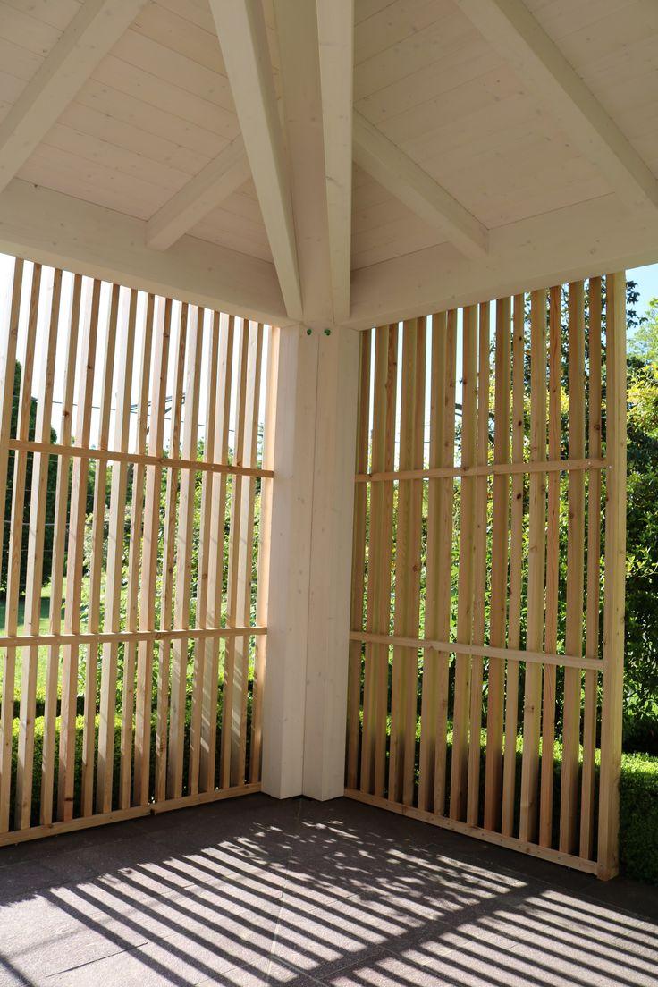 Struttura in legno lamellare di abete con capriata incrociata e brise soleil in legno di larice naturale - Angolo strutturale con oscuramento laterale