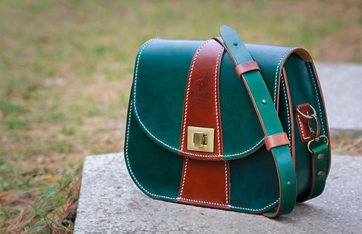 Vegetable tanned leather messenger bag. 100% handmade (including dyeing ans sewing). #RamielLeatherCrafts #messengerbags #leatherbags #vegtannedleather #leather #bags #messenger #fullgrainleather