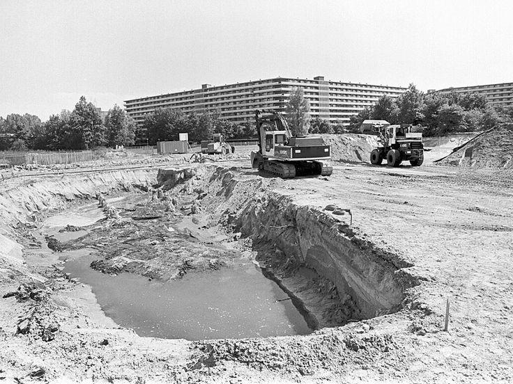 Afgraven van de verontreinigde grond op de rampplek.  Maurice Boyer / NRC