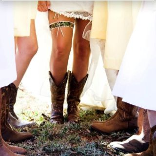Country chic with camo garter! Photography by Brooke Rae photography