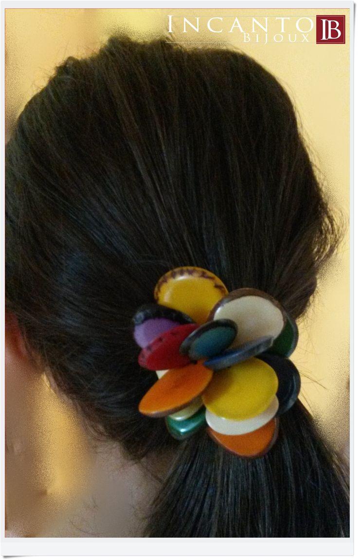 Un monile che ci viene in aiuto a noi donne soprattutto in giornate calde come quella di oggi: fermacapelli Peonia in Tagua. Euro 10. Utile anche da indossare sulle pashmine....