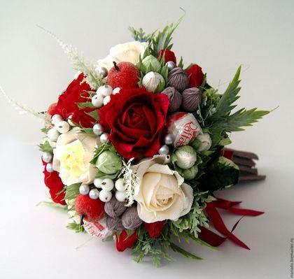 Купить или заказать Букет из конфет 'Сантана' в интернет-магазине на Ярмарке Мастеров. Красивый необычный букет из конфет в красно-белой гамме. В составе 'Марсианка', 'Raffaello' и 'Шарлет'. Отличный подарок подруге, коллеге или любимой! Белые сахарные ягодки и красные, почти 'молодильные' яблочки, дополняют композицию этого букета.