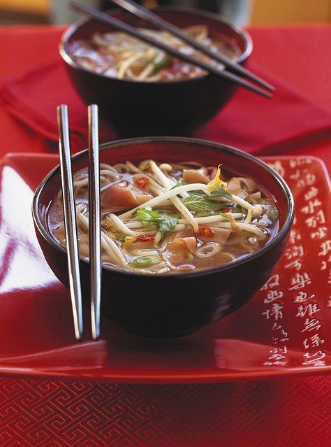 Recette de Ricardo de soupe tonkinoise. Cette soupe au boeuf, garnie selon le goût de chacun, est idéale comme repas avec des invités.