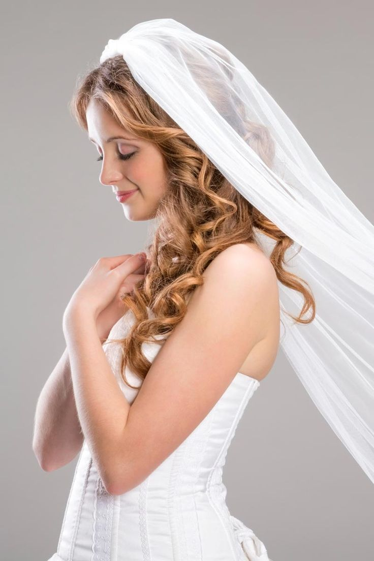 Bildergalerie mit Hochzeitsfrisuren und Brautfrisuren mit Schleier und Diadem: Offene Brautfrisur mit langem Schleier - Sie können das lange Haar mit XXL-Wicklern zu fließenden Locken stylen oder ...