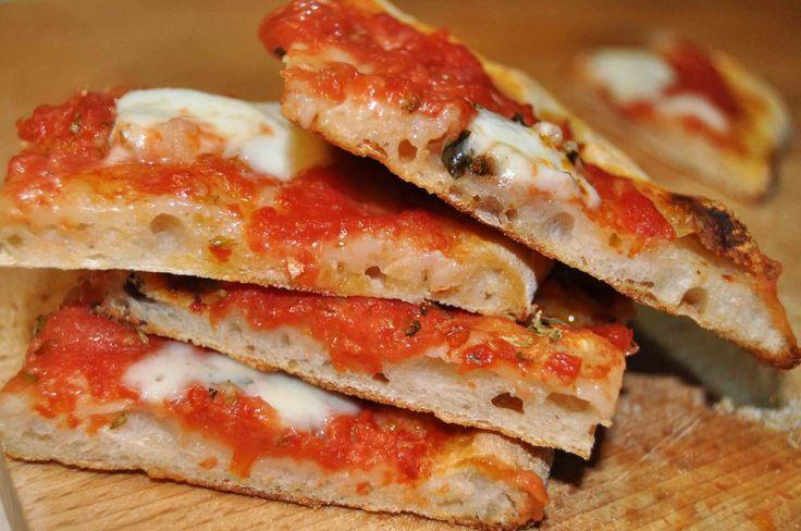 La pizza piace a tutti e questo è innegabile, ma ognuno preferisce la sua, chi la ama alta e alveolata, chi sottile e croccante, chi sottile e morbida dal cornicione alto. Questa ricetta è per otte…