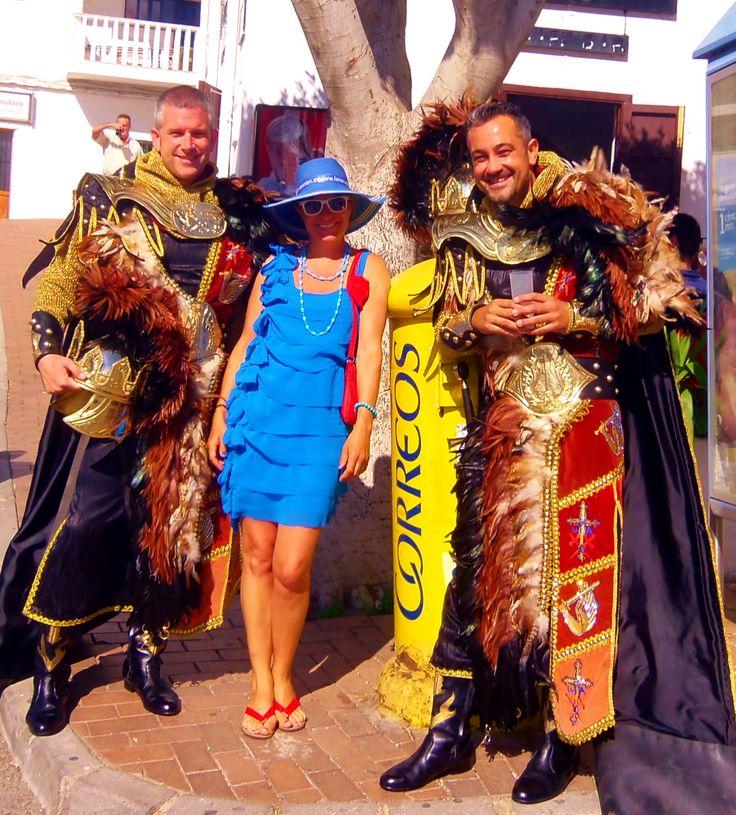 Posing with tired knights at the Fiesta Moros y Cristianos in #Mojacar. http://www.ferienwohnungen-spanien.de/Mojacar/artikel/moros-y-cristianos-eine-spanische-fiesta-mit-spagarantie