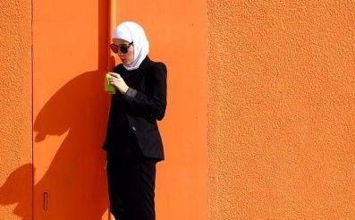 Inšpirujte sa nevšednou a originálnou módou z úplne inej kultúry, Dubaja, ktorá spája tradície Blízkeho Východu s tým, čo do krajiny prinášajú veľké svetové módne značky.