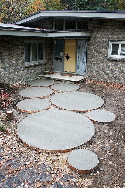 Large and small mod look concrete circle stepping stones for the backyard i love the look of this but maybe with details on the inside such as colored stones sea shells or even bottle tops
