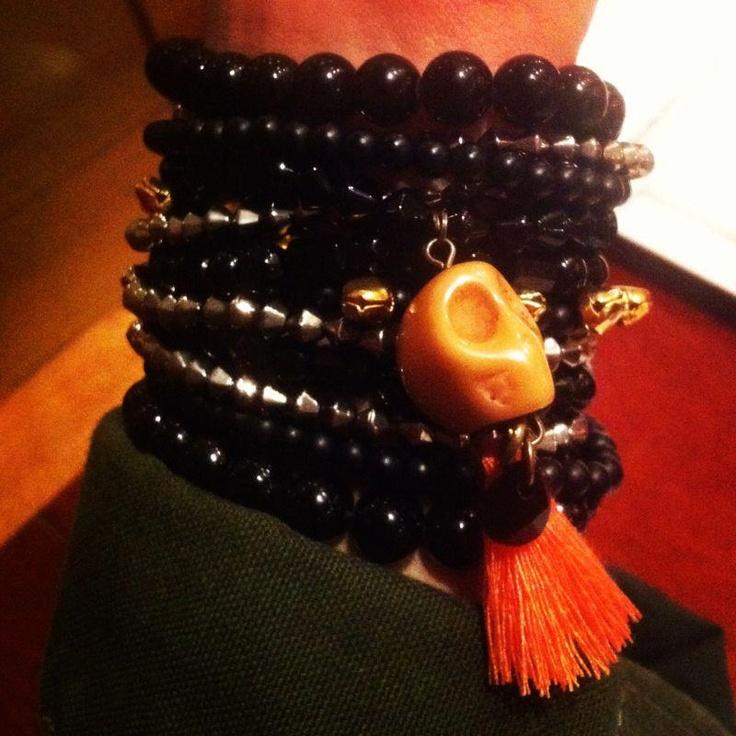 Mari Ramello con pulseras negras y calaveras