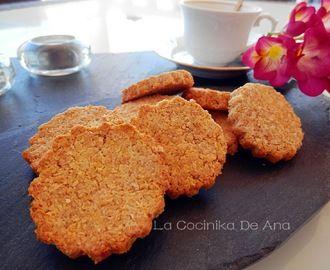 Estas galletas no llevan harina ni tampoco azúcar y sin embargo están deliciosas. Le daremos forma a las galletas y las vamos colocando sobre la bandeja del horno cubierta previamente con papel vegetal o silpat de silicona
