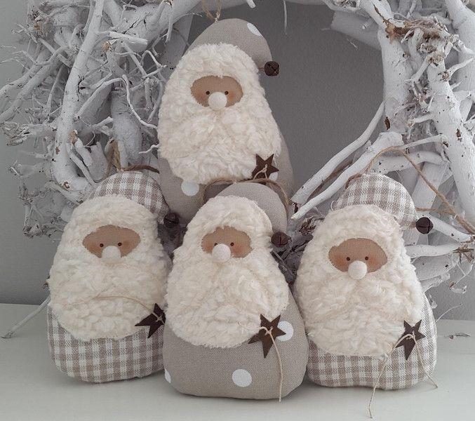 Zwei süsse Nikoläuse im angesagten Landhausstil!  Du kannst sie an den Weihnachtsbaum, an einen dicken Ast, Kranz, an die Wand oder, oder, oder..... hängen.  Das Angebot beinhaltet zwei...