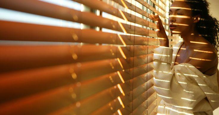 """Qué es una ventana de celosía. Si bien el término """"ventana de celosía"""" puede resultar poco familiar, el diseño es relativamente común. Una ventana de celosía se suele describir como una ventana tipo persiana. Consiste en paneles horizontales instalados en una estructura de metal. Los paneles se abren y cierran de forma simultánea al girar una manivela. Estas ventanas están ..."""