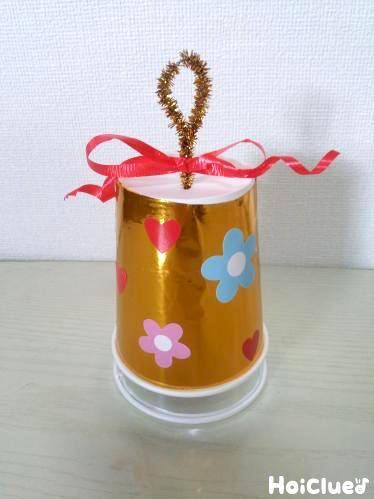 2つの紙コップで楽しむ、マラカス風のクリスマスベル。  鈴やどんぐりなど、中に入れる素材によって音が変わるよ!  クリスマスソングと合わせて楽しむことも♪