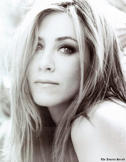 Not a super huge Jennifer Aniston fan but she looks damn sexy here! :) Love her hair