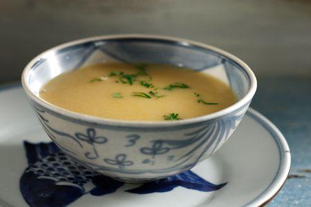 Κρεμώδης ψαρόσουπα λεμονάτη, με ανάμεικτα πιπέρια και θυμάρι - Συνταγές | γαστρονόμος
