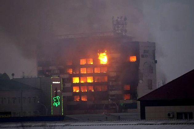 В ночь с 3 на 4 декабря в российском городе Грозный начались масштабные уличные бои. Неизвестными вооруженными людьми захвачены здания Дома печати и средней школы №20. По ним стреляет тяжелая артил...