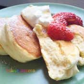 楽天が運営する楽天レシピ。ユーザーさんが投稿した「ふわふわ♡幸せのスフレパンケーキ❀」のレシピページです。材料と計量をしっかり揃えればあとはコツを掴むのみ♪レモンやマヨ効果でダレにくい生地が作れると思います。(材料5つで作る改良版は→1080014137)。卵,砂糖,マヨネーズ,レモン汁,牛乳,薄力粉,ベーキングパウダー,バニラオイル,トッピング用生クリームや蜂蜜