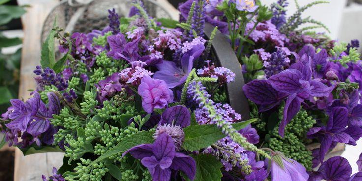 EN DEKORATION MED BLÅ BLOMSTER - Decoration with blue flowers