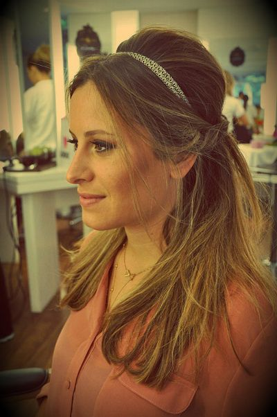 Cabelo de princesa! Ideal para usar com as nossas coroas e meia coroas, veja aqui > http://mariarossetti.iluria.com/coroa-headpiece-ct-c258d  { post by www.mariarossetti.com.br }