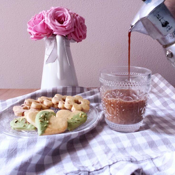 È ora di biscottate un pò.... che ne dite di questi bellissimi e buonissimi frollini? http://somethingaboutilo.com/2014/12/frollini-di-kamut-e-riso-in-variazioni-di-pistacchi-e-cranberries/