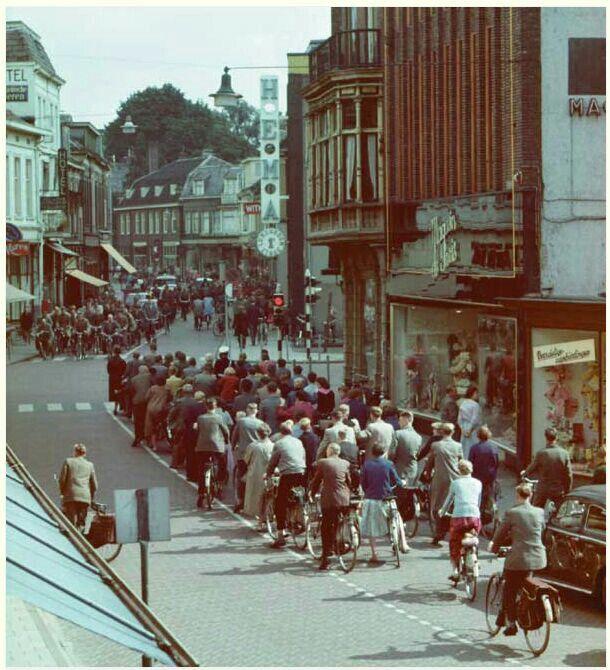 Nederland, Enschede, de Klomp met de Hema. En het eerste stoplicht van Enschede....