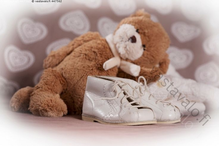 Nalle ja vauvan kengät - hempeä herkkä kengännauha kengät kenkä lapsen nahkakengät pienet pieni tunnelma valkoiset vauvalahja vauvan neutraali sukupuolineutraali sydän nalle pehmolelu lelu ruskea halinalle pehmeä