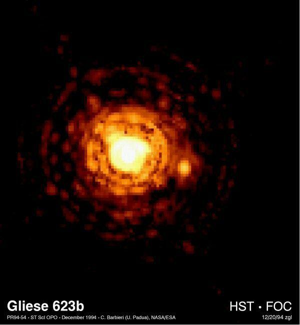Esta imagem do telescópio espacial de Hubble da NASA resolve, pela primeira vez, uma das estrelas as menores em nossa galáxia da Via Láctea.Chamado Gliese 623b ou Gl623b, a estrela diminutiva (direita do centro) é dez vezes menos maciça do que o Sol e 60.000 vezes mais fraca.(Se fosse tão longe quanto o Sol, seria apenas oito vezes mais brilhante do que a Lua cheia).  Localizado a 25 anos-luz de distância na constelação Hercules, Gl623b é o componente menor de um sistema de estrela dupla.