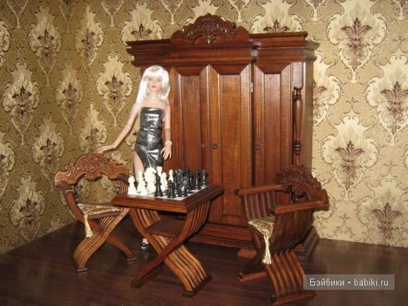 шахматный столик и стулья.