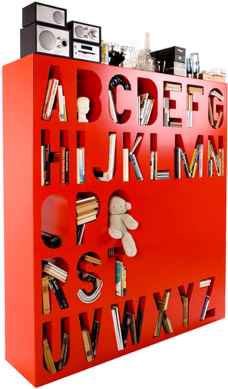 Bokhylla fylld av bokstäver - Aakkoset av finska formgivaren Lincoln Kayiwa   Feber / Hem
