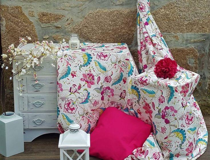 Móveis de madeira e padrões florais acompanhados de nuances suaves combinam-se entre si.
