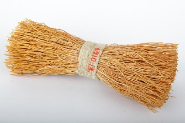 Forssan museo: Keltainen varpukimppu on sidottu keskeltä vaalealla narulla tiukaksi. Patasutia käytettiin tiskiharjan tapaan astioiden pesemiseen.