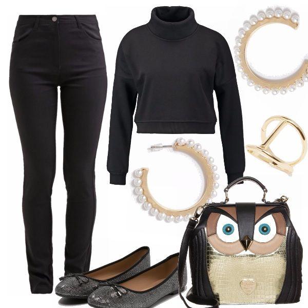 Un outfit basic total black. Skinny jeans e felpa crop top, una tela nera sulla quale risaltano gli accessori. La borsa, a tracolla o a mano, simpatica e deliziosa a forma di gufo. Gli orecchini, dei semicerchio con perle incastonate, raffinati e particolari. L'anello doppio e le ballerine argento per completare con semplicità, ma non in banalità.