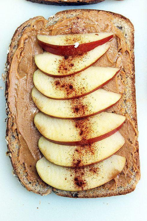 Pan tostado con fruta. | 16 Snacks nutritivos y fáciles de hacer que puedes llevarte al trabajo