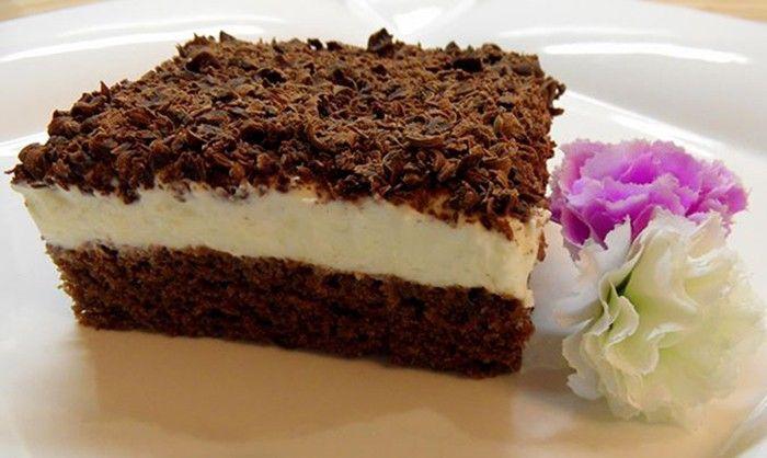 Osvěžující zákusek se zakysanou smetanou. Na vrchu nastrouhaná hořká čokoláda.