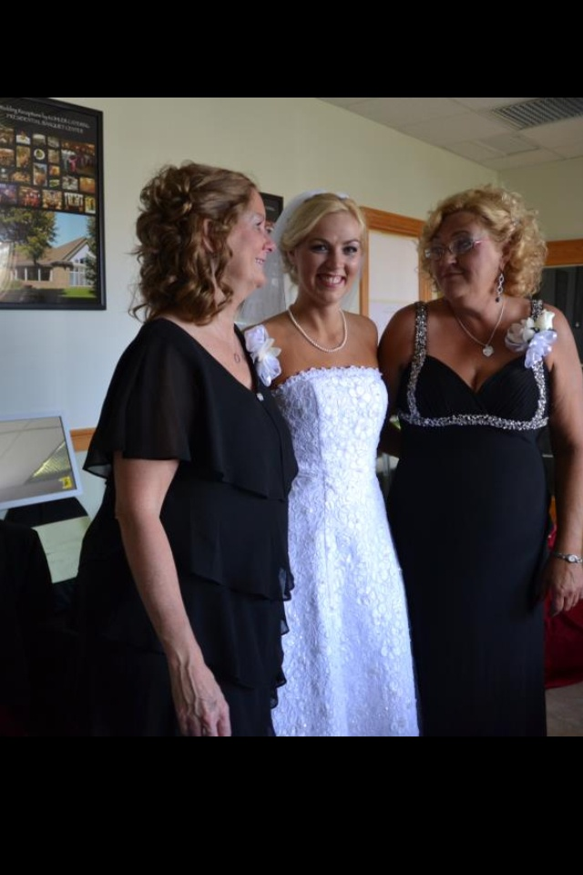 Pretty pic of bride with mother of the bride and mother of the groom