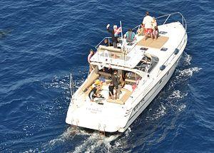 Le bateau Cala Rossa pour nager avec les dauphins vu depuis l'avion de repérage