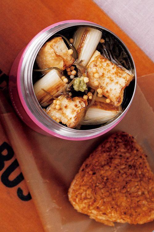 焼きねぎと厚揚げのスープ    ヘルシースープに焼きおにぎりを添えて更に満足度UP! マキアオンライン    材料 (1人分) 長ねぎ(3~4㎝幅に切る) 1/3本分 厚揚げ(6等分の角切り) 1/3個分 ■ A かつおぶし 2.5g 切り昆布 3g 昆布茶 2g(1袋) しょうゆ 小さじ1と1/2 ■ 油 小さじ1 焼きおにぎり(市販品) 1個 あられ、わさび 各適量 作り方 1 スープジャーに熱湯を注いでフタをし、2分おき、お湯を捨てる。 2 その間にフライパンに油を入れ、長ねぎと厚揚げを色よく焼く。 3 スープジャーに①の長ねぎと厚揚げを入れ、Aを加える。 4 内側の線の5㎜下まで熱湯を注ぎ、フタをして軽く振り、1時間おく。 5 焼きおにぎりを添え、あられとわさびをのせる。