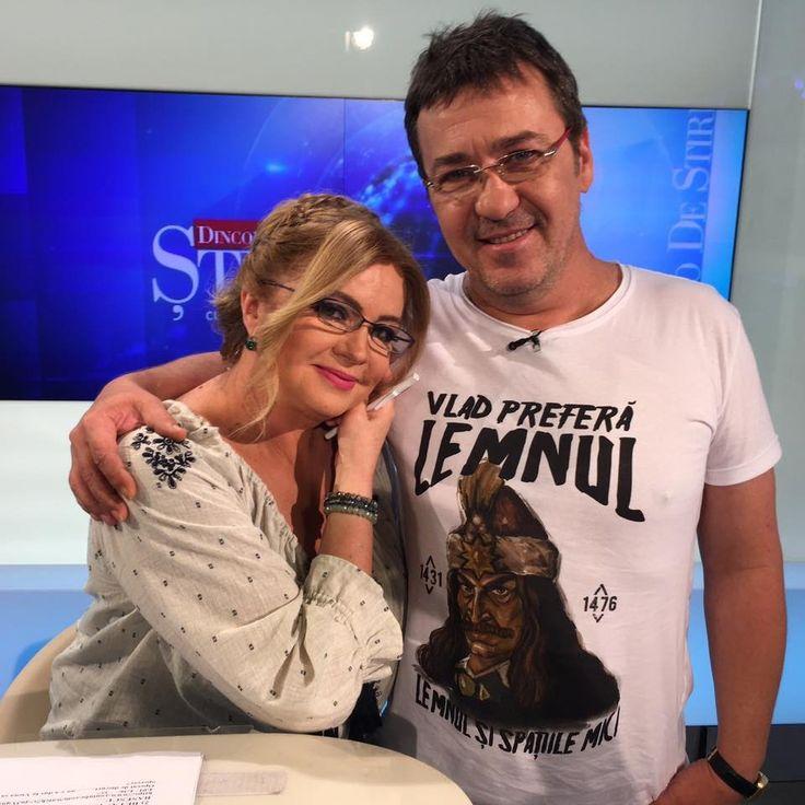 """fireste, diseara la ora 23 in """"Dincolo de stiri"""":)  Cristina Topescu  """"CHILIAN, DESPRE EL INSUSI:  """"Eu nu trebuie să fiu un pilon moral al societății. Eu sunt artist. Pe fișa mea de post scrie nebun și răzvrătit"""".   Un nebun! Genial! Uneori. Enervant! Alteori. Chilian. Florin Chilian.""""   Ora 23:00, la Antena 3   Va pup:) Cristina"""
