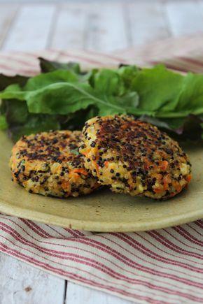Receita de hambúrguer de quinua e cenoura, uma versão vegetariana que pode ser servida acompanhada de salada ou como sanduíche.