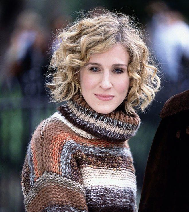 Sarah Jessica Parker Peinados Celebrity Style In 2020 Carrie Bradshaw Hair Curly Hair Styles Short Curly Hair