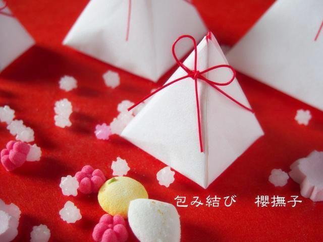 折り紙ラッピングのように、和紙を使ったお菓子入れの作り方を紹介。ひな祭りや和風のプチギフト、手作りのプレゼントを包む時におすすめ。